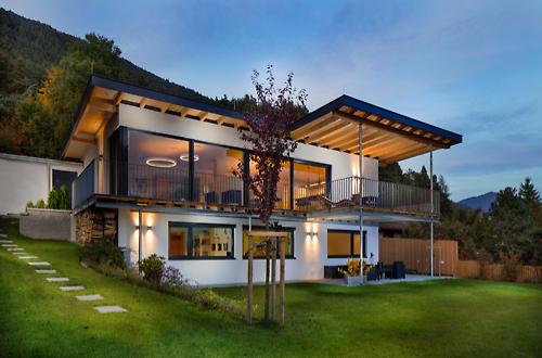 Architekturbild eines Einfamilienhauses in der Dämmerung, Christof Simon Architekturfotograf Tirol
