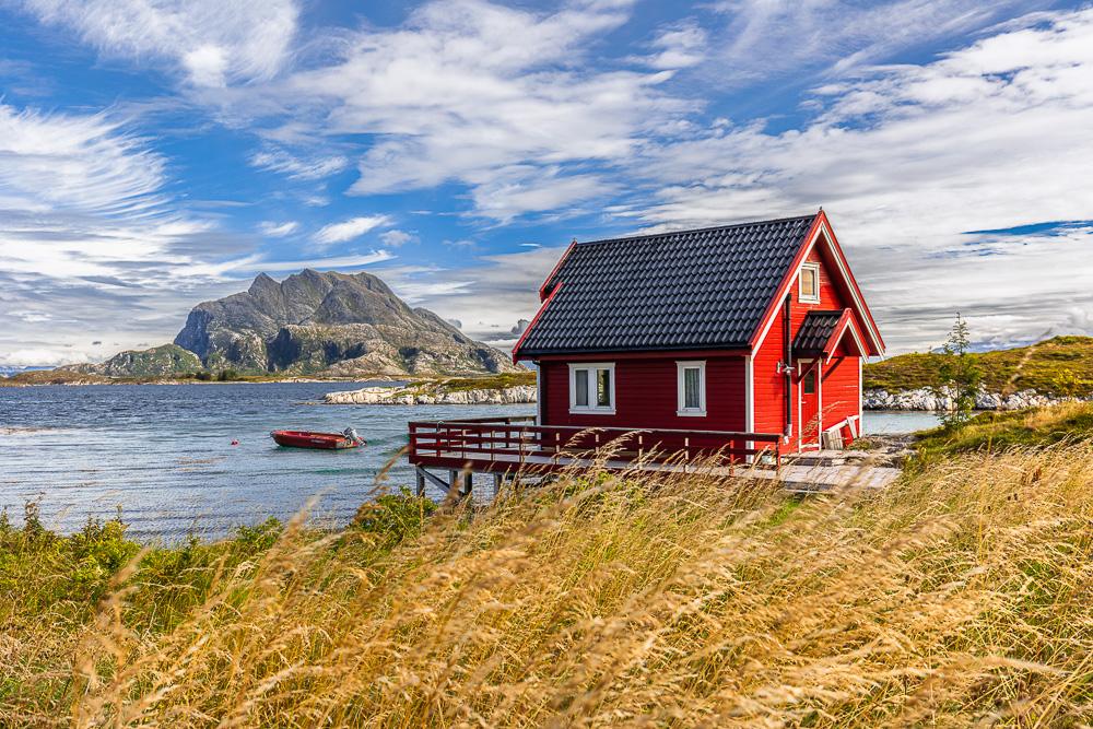 Rotes Haus mit Boot, Herøy, Helgeland, Norwegen
