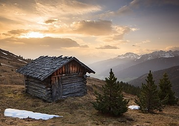 Old hut in morning light, Stubaier Alpen, Tirol, Österreich